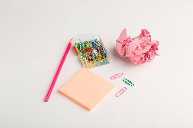 Vooraanzicht kleine sticker met potlood op licht wit oppervlak