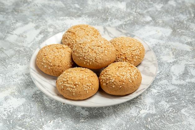 Vooraanzicht kleine zachte koekjes heerlijk dessert voor thee in plaat op witte muur koekjescake bakken suiker zoet koekje