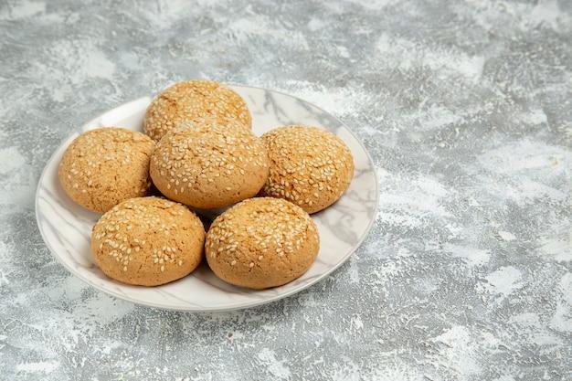 Vooraanzicht kleine zachte koekjes heerlijk dessert voor thee op witte muur koekjescake bakken suiker zoete koekjes