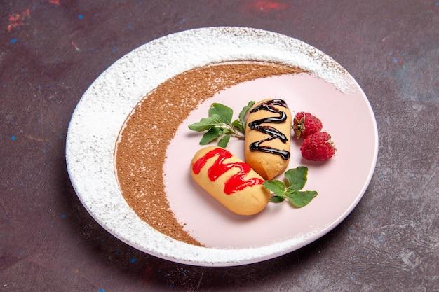 Vooraanzicht kleine zoete koekjes binnen ontworpen bord op donkere ruimte
