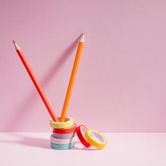 Vooraanzicht kleurrijke potloden met cello tape