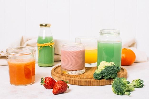 Vooraanzicht kleurrijke regeling van smoothies
