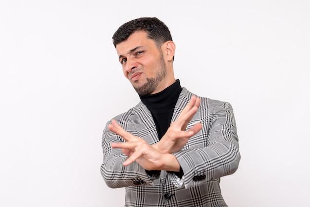 Vooraanzicht knappe man in pak handen kruisen staande op een witte achtergrond