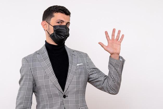 Vooraanzicht knappe man in pak met high five op witte geïsoleerde achtergrond