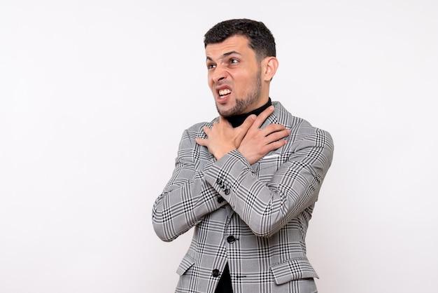 Vooraanzicht knappe man in pak met keel staande op een witte achtergrond