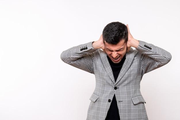 Vooraanzicht knappe man in pak met zijn oren staande op een witte achtergrond