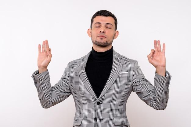 Vooraanzicht knappe man in pak ogen sluiten staande op witte geïsoleerde achtergrond
