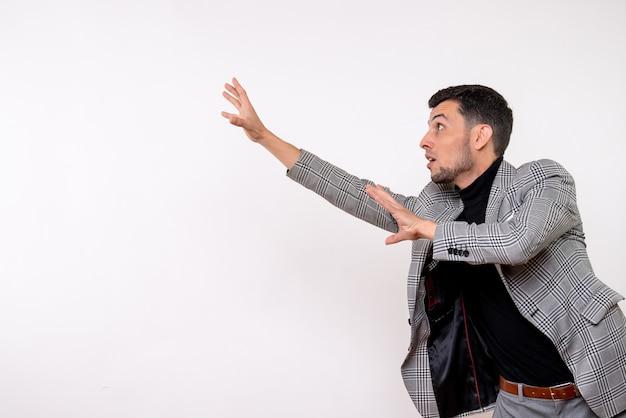 Vooraanzicht knappe man in pak probeert iets te vangen staande op een witte achtergrond