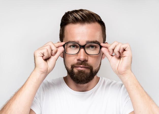 Vooraanzicht knappe man met bril