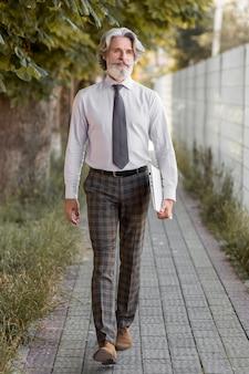 Vooraanzicht knappe volwassen man lopen