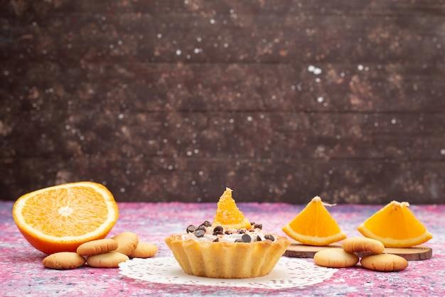 Vooraanzicht koekjes en cake met stukjes sinaasappel op het gekleurde oppervlak cookie biscuit cake sweet