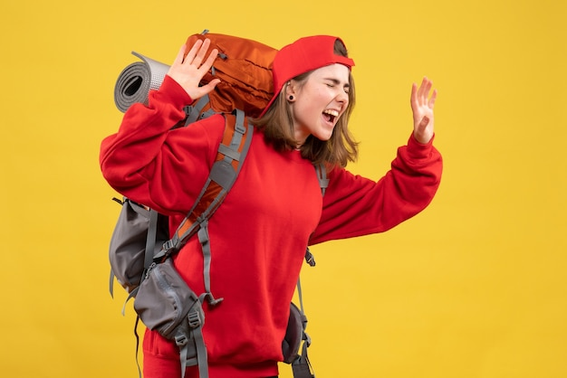 Vooraanzicht koele vrouwelijke reiziger met rugzak die haar gevoelens uitdrukt