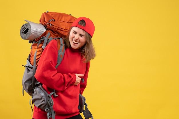 Vooraanzicht koele vrouwelijke reiziger met rugzak met maag met pijn