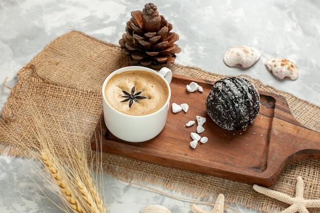 Vooraanzicht kopje koffie espresso met chocoladetaart op witte ondergrond