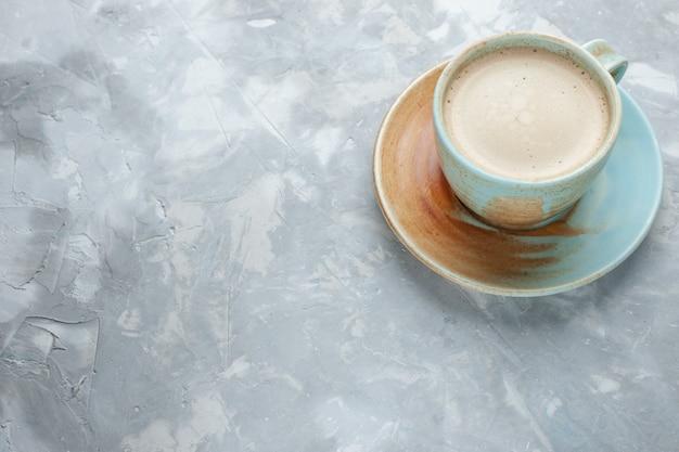 Vooraanzicht kopje koffie met melk in kop op wit bureau drinkt koffiemelk bureau