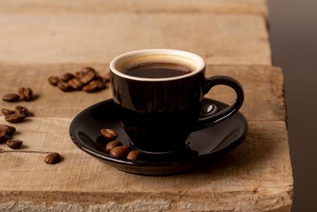 Vooraanzicht kopje koffie op houten tafel