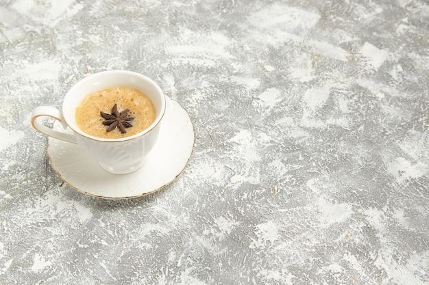 Vooraanzicht kopje koffie op wit oppervlak