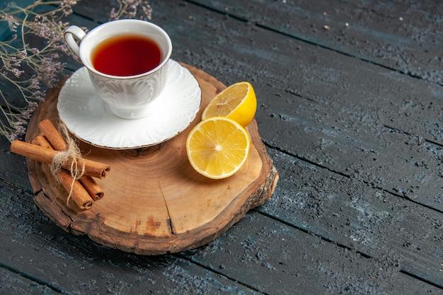 Vooraanzicht kopje thee met citroen op donkere achtergrond