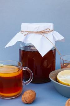 Vooraanzicht kopje thee met honing