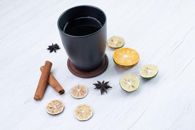 Vooraanzicht kopje thee met kaneel op wit
