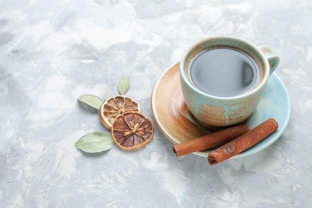 Vooraanzicht kopje thee met kaneel op witte achtergrond drinken thee kaneel citroen kleur