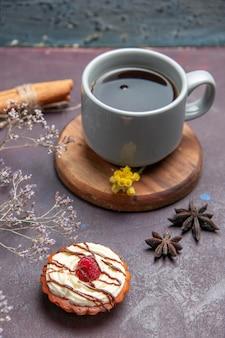 Vooraanzicht kopje thee met lekkere cake op donkere achtergrond thee cake zoete taart koekjeskoekje