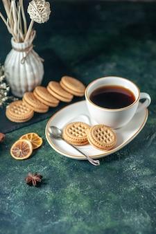 Vooraanzicht kopje thee met zoete koekjes in witte plaat op donkere ondergrond brood drinken ceremonie ontbijt ochtend glas suiker foto kleur