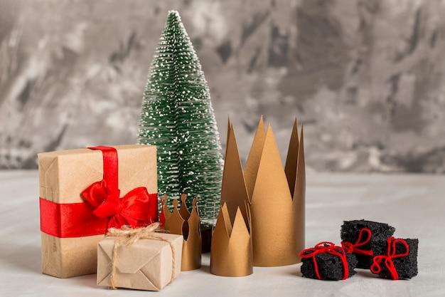 Vooraanzicht kronen en ingepakte cadeaus