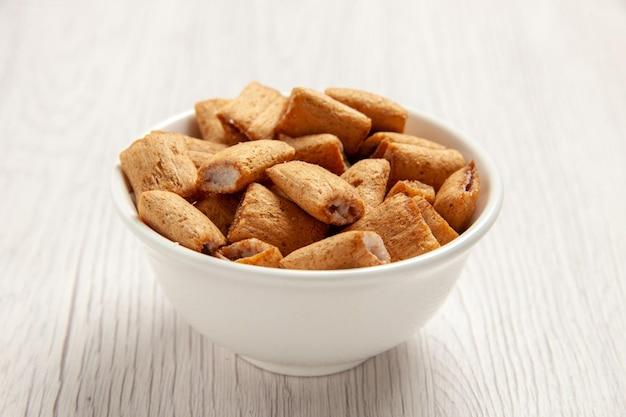 Vooraanzicht kussenkoekjes zoete koekjes in plaat op wit bureaukoekjeskoekjesvoedsel