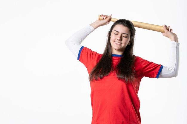 Vooraanzicht lachende vrouwelijke speler met honkbalknuppel