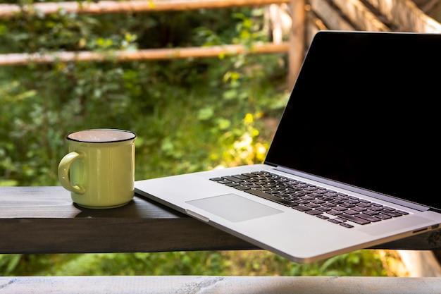 Vooraanzicht laptop en kopje koffie