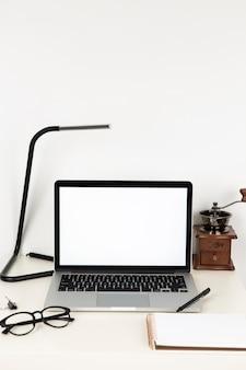 Vooraanzicht laptop met leeg scherm