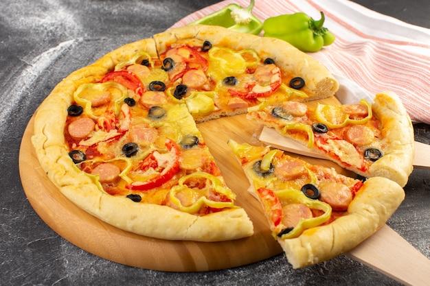 Vooraanzicht lekker kaasachtige pizza met rode tomaten, zwarte olijven, paprika en worstjes op het grijze oppervlak