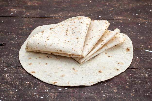 Vooraanzicht lekker lavash deeg brood zoals op houten bureau breafd doough food maaltijd