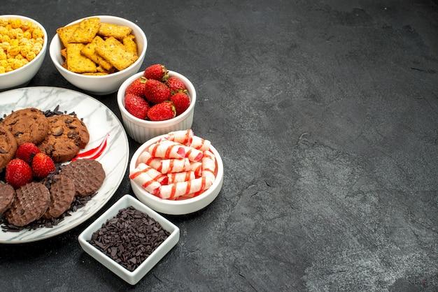 Vooraanzicht lekkere choco-koekjes met verschillende snacks