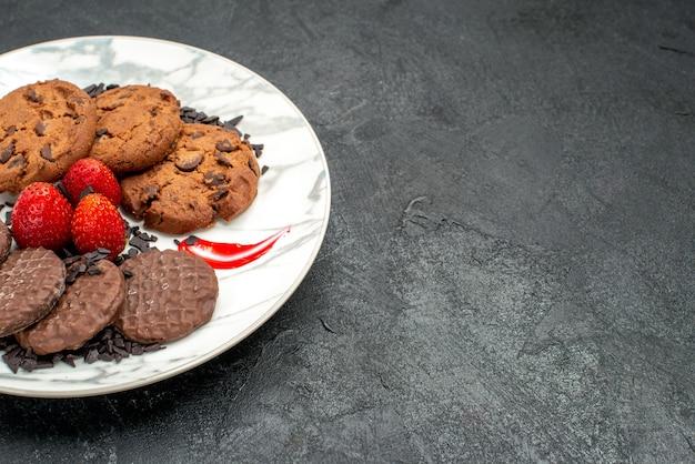 Vooraanzicht lekkere choco-koekjes voor thee in plaat