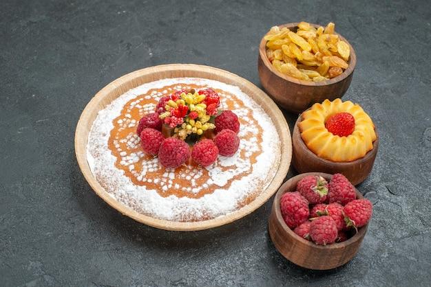 Vooraanzicht lekkere frambozencake met rozijnen op een grijze achtergrond, suikerkoekjesthee, zoete taartcake