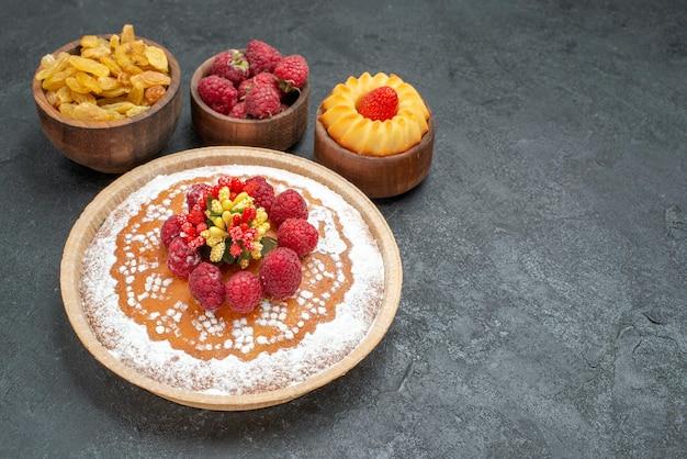 Vooraanzicht lekkere frambozencake met rozijnen op grijze achtergrond taart thee biscuit cake cookie sweet