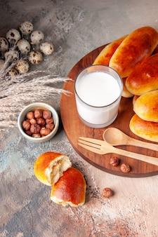 Vooraanzicht lekkere gebakken hotcakes met glas melk
