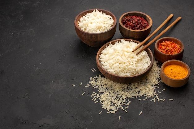 Vooraanzicht lekkere gekookte rijst smakelijke oosterse maaltijd met kruiden op donkere ruimte