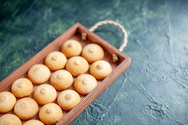Vooraanzicht lekkere koekjes in houten kist op donkerblauw oppervlak