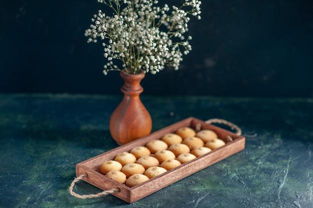 Vooraanzicht lekkere koekjes met pinda's op een donkere ondergrond