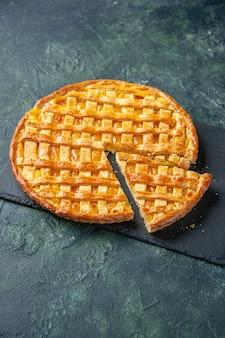 Vooraanzicht lekkere kumquat-taart met één stuk gesneden op een donkere achtergrond