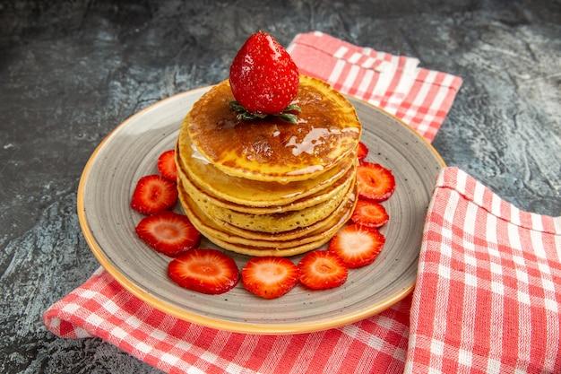Vooraanzicht lekkere pannenkoeken met honing en fruit op de lichte cake van het oppervlakmelk zoete fruit
