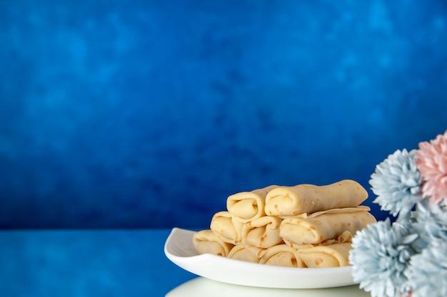 Vooraanzicht lekkere pannenkoeken op blauwe achtergrond cake suiker dessert maaltijd koekje ontbijt ochtend kleur zoet