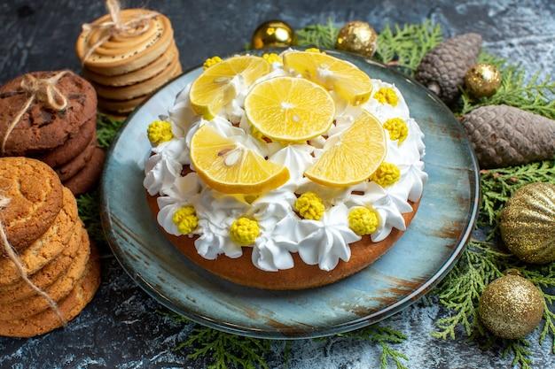 Vooraanzicht lekkere romige cake met koekjes en kegels
