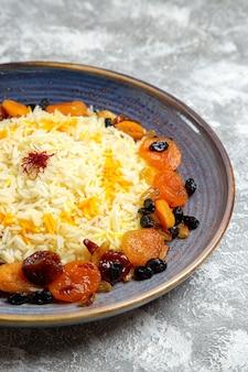 Vooraanzicht lekkere shakh plov gekookte rijstschotel met rozijnen in plaat op witte ruimte