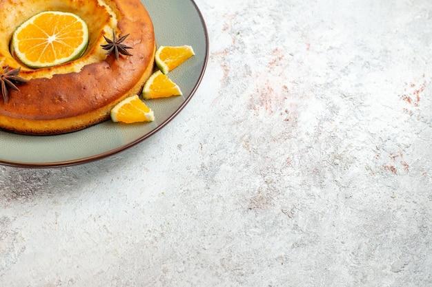 Vooraanzicht lekkere taart heerlijk dessert voor thee met stukjes sinaasappel op witte achtergrond fruitcake taartkoekje zoet dessert
