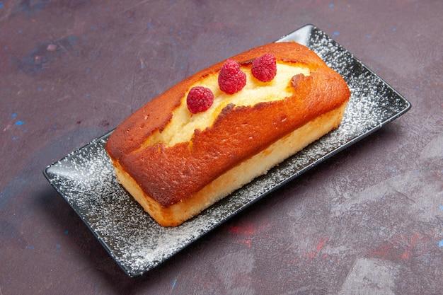 Vooraanzicht lekkere taart lang gevormd op donkere achtergrond cake suiker biscuit koekjes taart deeg zoet