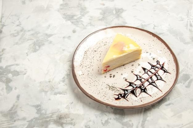 Vooraanzicht lekkere taartschijf binnen plaat op witte achtergrond taarten zoet koekje ijskoekje thee taart dessert